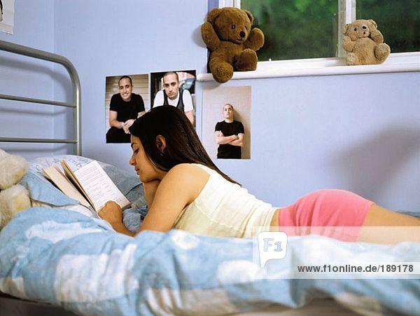 Mädchen lesen im Bett