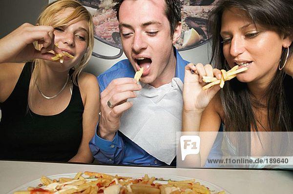 Freunde teilen sich Pommes frites