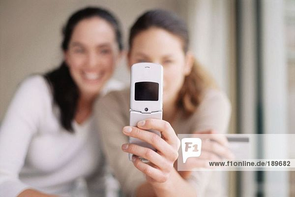Frauen mit Handy und Kreditkarte