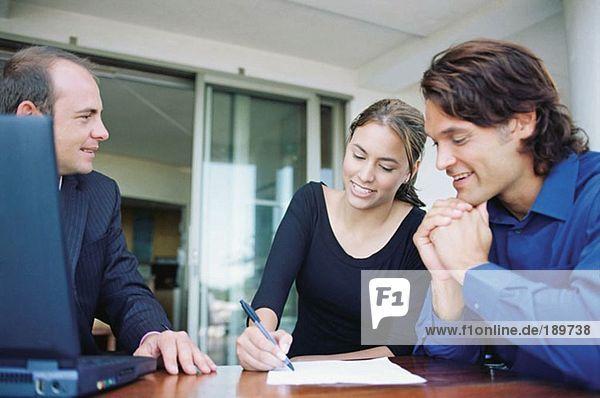 Paar- und Finanzberater unterschreiben Papierkram