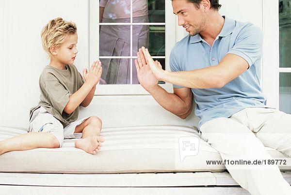 Vater und Sohn beim Händeklatschen
