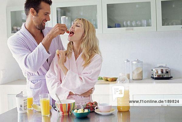 Paare teilen sich das Frühstück