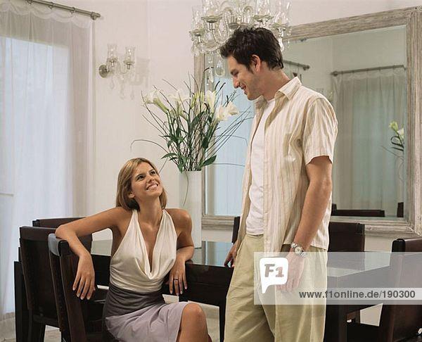Junges Paar im Esszimmer