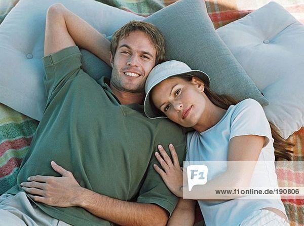 Paar auf einer Decke liegend