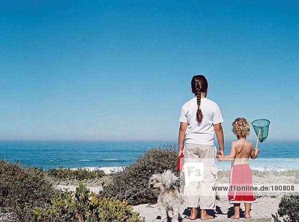 Bruder und Schwester an der Küste
