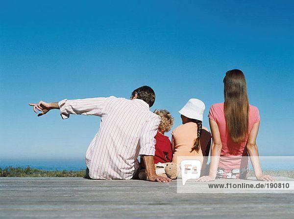 Familie mit Blick auf das Meer