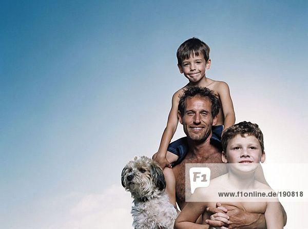 Vater und Söhne mit Hund