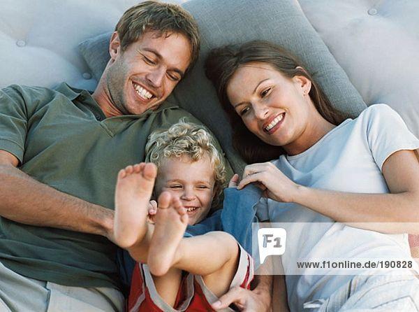 Familie entspannt und lachend