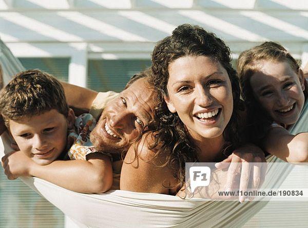 Familie auf einer Hängematte