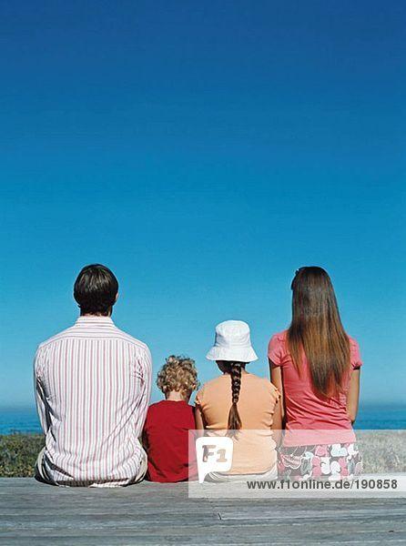 Familie mit Blick aufs Meer