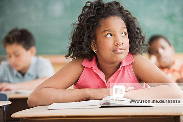 Schulmädchen träumen im Klassenzimmer