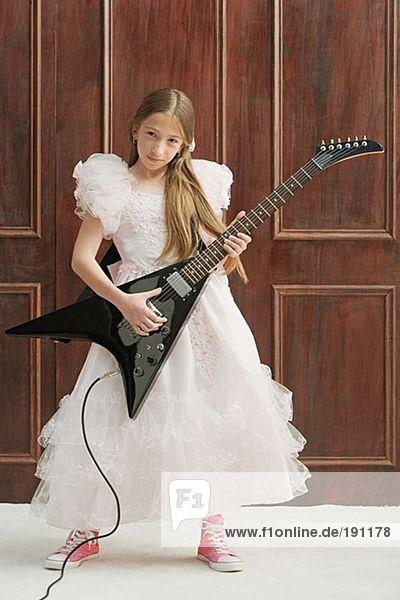 Mädchen spielt E-Gitarre Mädchen spielt E-Gitarre