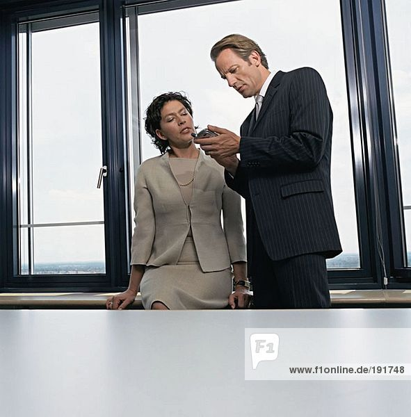 Geschäftsleute mit Palmtop