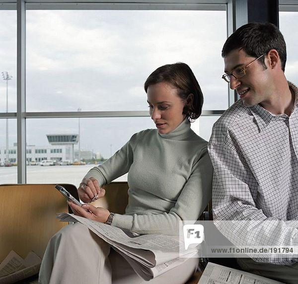 Zwei Kollegen in einer Abflughalle