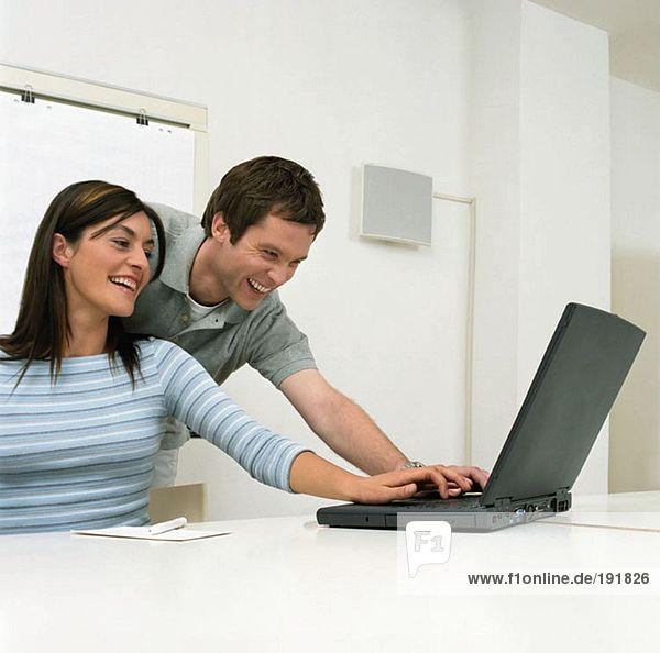 Kollegen  die einen Laptop benutzen
