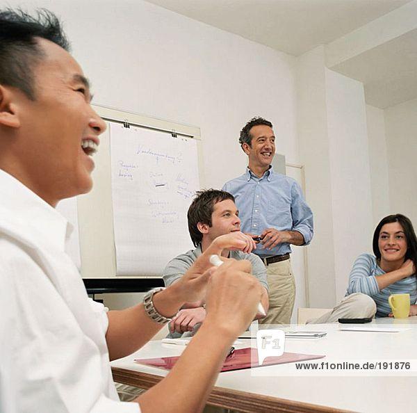 Bürokollegen lachend