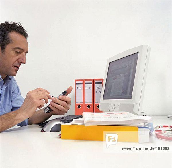 Büroangestellter mit einem Handheld-Computer