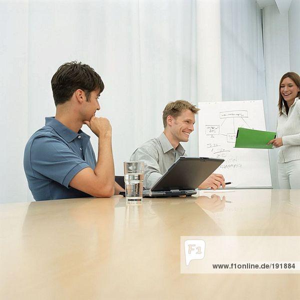 Büroangestellte in Besprechung