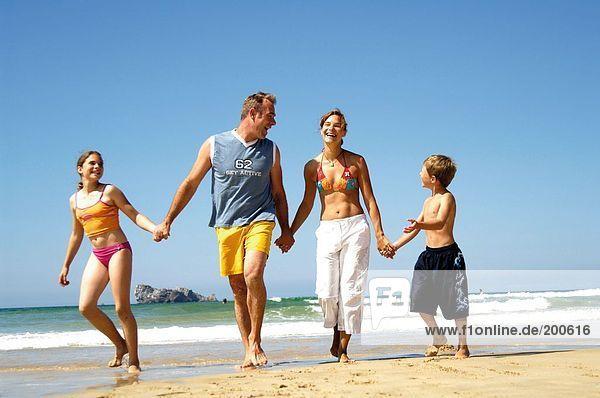 Eltern mit Sohn und Tochter am Strand