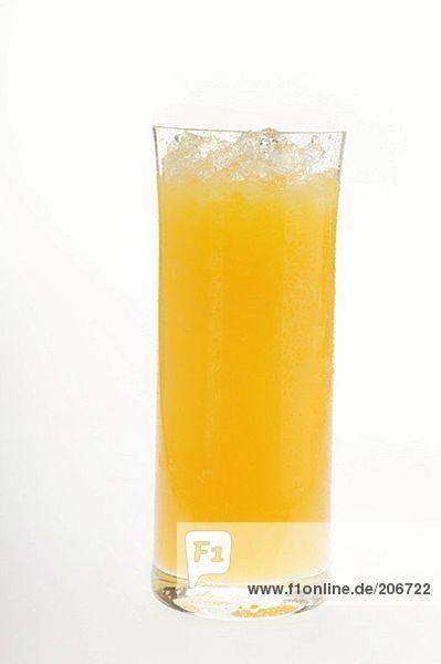 Orangensaft im Glas mit zerstossenem Eis