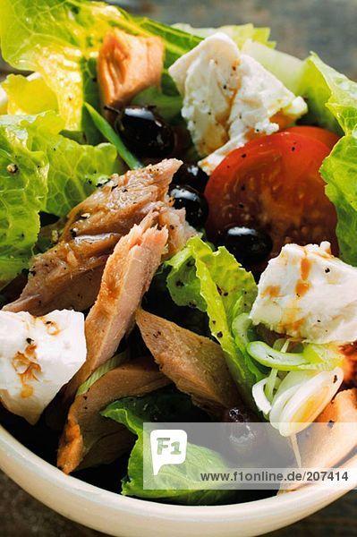 Romanasalat mit Thunfisch  Schafskäse  Tomaten und Oliven
