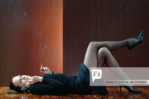 Frau entspannt auf dem Tisch Frau entspannt auf dem Tisch