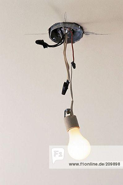 Elektrisches Licht und baumelnde Drähte