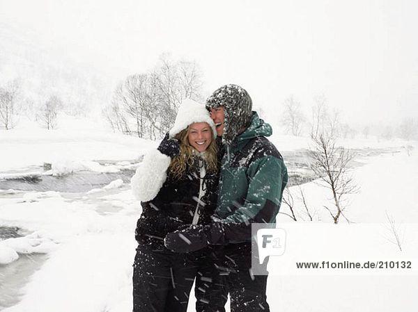 Junges Paar im Schnee