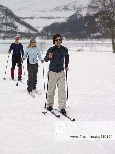 Skifahrer beim Trekking durch den Schnee