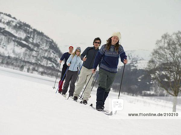 Freunde beim Trekking durch den Schnee
