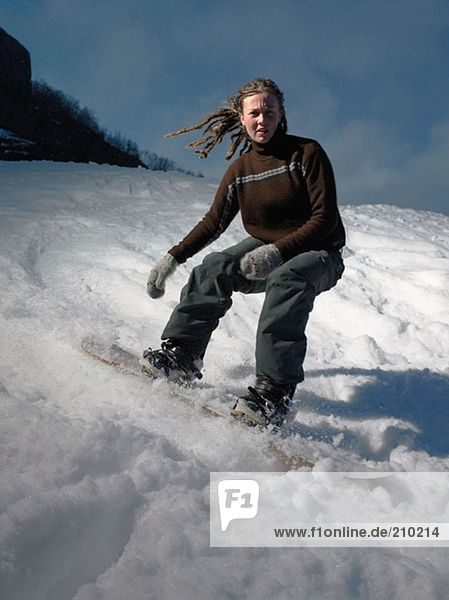 Frau beim Snowboarden