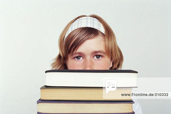 Mädchen mit einem Stapel Bücher