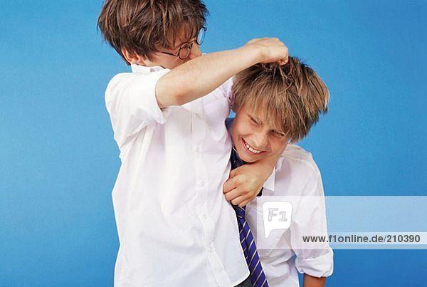 Schüler beim Playfighting