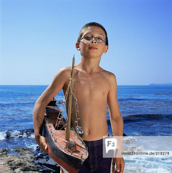 Junge hält Modellboot