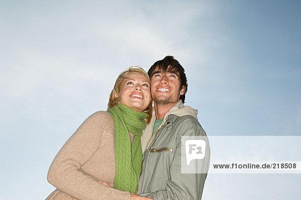 Junges Paar schaut nach oben