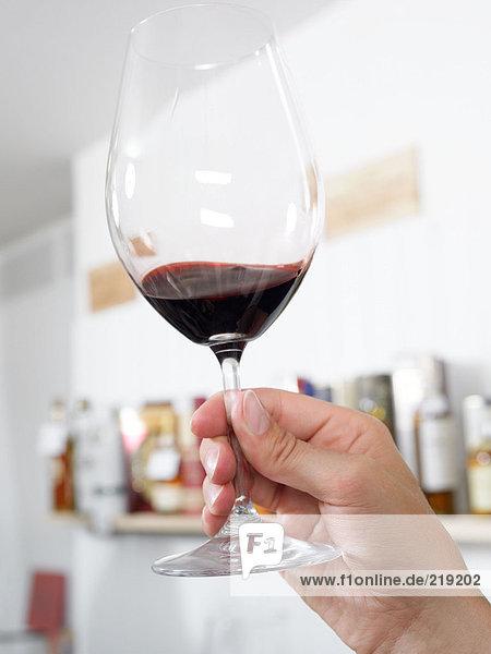 Handgehaltenes Weinglas