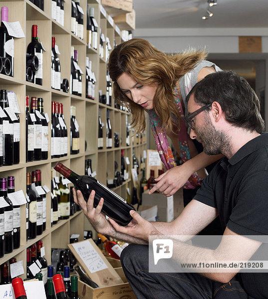 Ein Paar schaut sich den Wein an