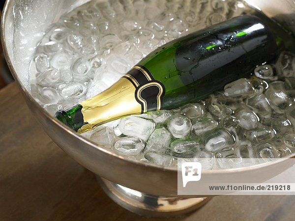 Leere Champagnerflasche in Eis
