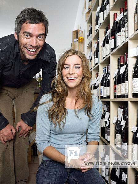 Paar im Weinhandel