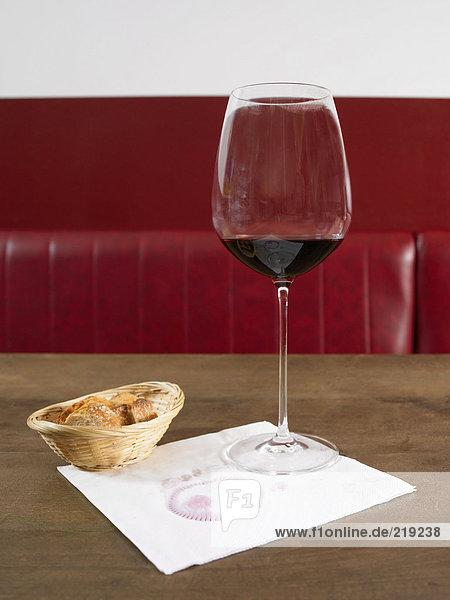 Weinglas auf Serviette bei Brot