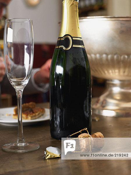 Champagnerflöte und Flasche
