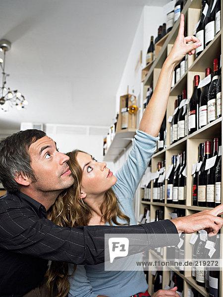 Pärchen bei der Weinauswahl