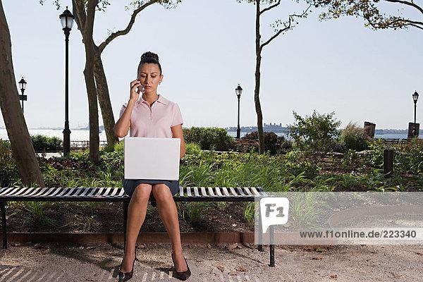 Frau Telearbeit in einem Park