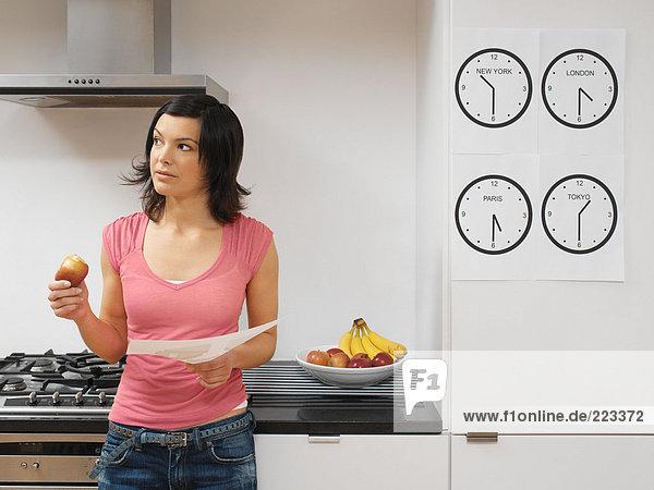 Frau mit Arbeit in der Küche