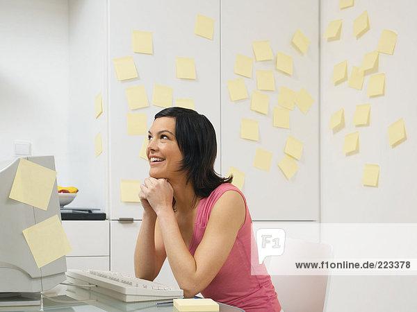 Frau in der Küche mit Haftnotizen