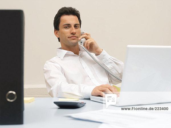 Büroangestellte am Telefon