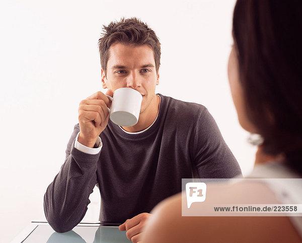 Mann beim Kaffee mit Frau