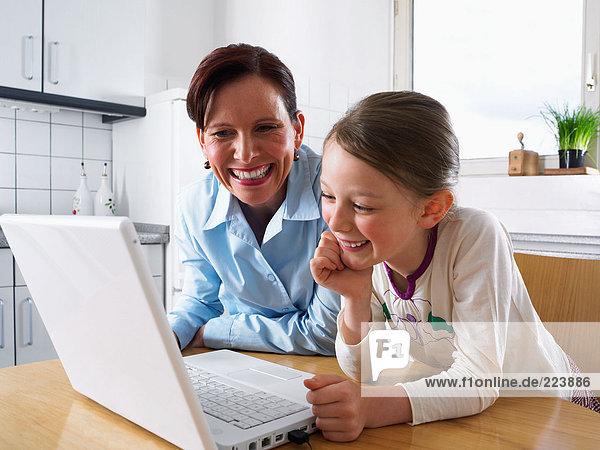 Mutter und Tochter mit Laptop-Computer