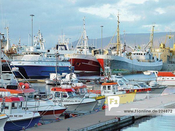 Schiffe und Boote im Hafen von unter bewölkten Himmel  Reykjavyk  Island