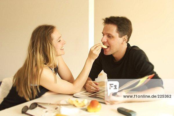 Nahaufnahme der junge Frau Fütterung Apple zu ihrem Ehemann